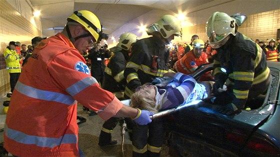 Fiktivn� nehoda v tunelu Blanka prov��ila sou�innost IZS