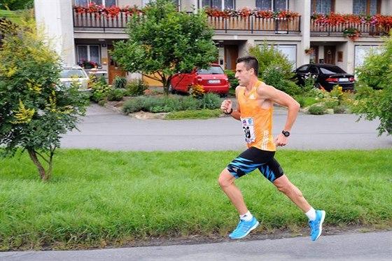 Myslím, že spíše než běhat technicky správně je důležité běhat tak, jak tělo narostlo nebo prostě jak je to pro něj nejlepší ekonomicky. Ono se to často s kilometry vyběhá.