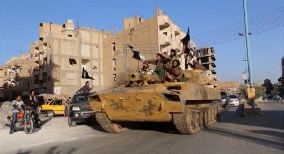 Členové teroristické organizace Islámský stát na tanku