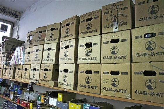 V�udyp��tomn� krabice od Club Mate spoluvytv��ej� atmosf�ru Brmlabu.
