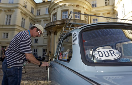 Spanilá jízda trabantů, žigulíků a wartburgů Malou Stranou (29. září 2014)