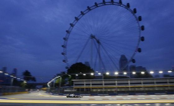 POD RUSK�M KOLEM. Kevin Magnussen v kvalifikaci na Velkou cenu Singapuru.