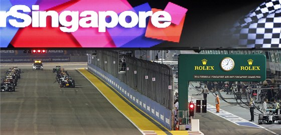 SMOLAŘ. Nico Rosberg (vpravo) musel do Velké ceny Singapuru vyrazit z boxů.