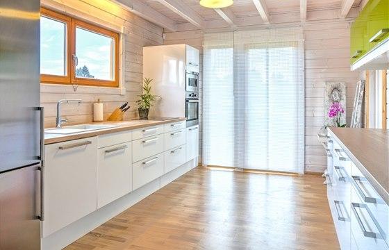 Dřevěná podlaha vypadá s bílým nábytkem úžasně.