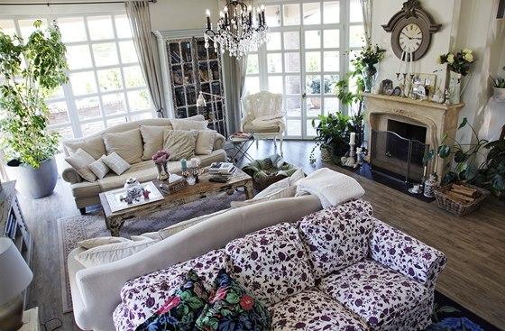 Sofa bohatě obložená polštářky naplňují obývací pokoj pohodlím, k němuž patří i