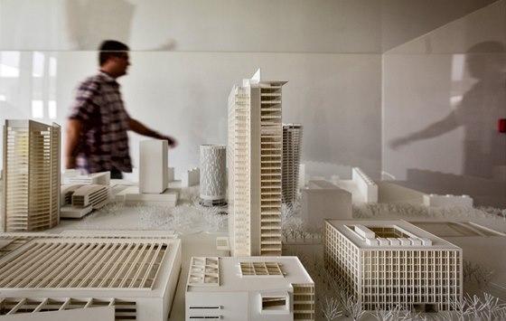 Model v přízemí budovy jasně ukazuje, jak City Tower převyšuje ostatní budovy