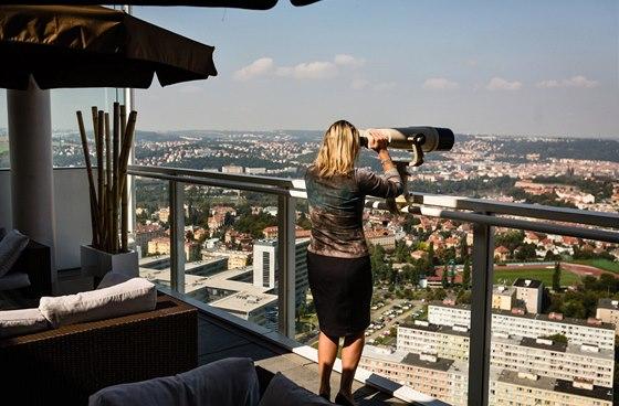 Návštěvníci restaurace Aureole v 27. patře mohou obdivovat Prahu s pomocí