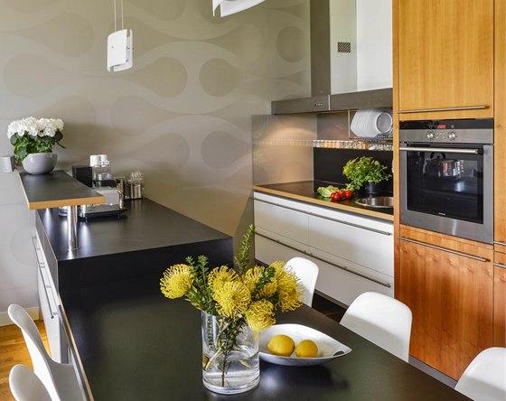 Kuchyň je z dýhované a laminované MDF desky na míru danému prostoru podle