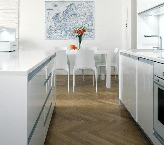 Společný obývací prostor zahrnuje kuchyň, jídelnu a pohodlné sezení. Kuchyň je