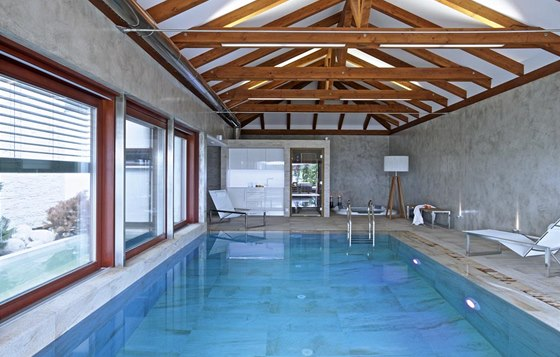Krytý bazén s relaxační vířivou vanou využívá Radek každý den. Díky dokonalému