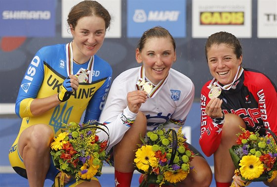 Trio nejlepších z časovky žen: zleva třetí Ukrajinka Anna Solovjevová, vítězná...