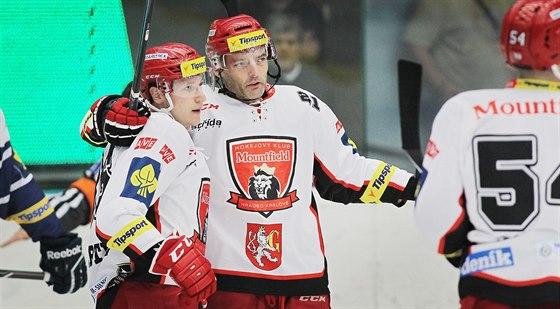 Tomáš Mertl (vlevo) z Hradce Králové se objímá s Jaroslavem Kudrnou po vstřelení branky.