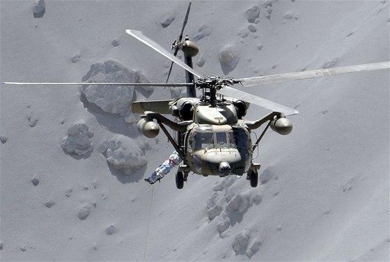 Raněné záchranáři evakuují vrtulníky (28. 9. 2014).