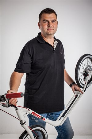 Michal Homola a první prototyp koloběžky Sixteen.