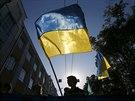 Příznivci ruské opozice pochodují s ukrajinskými vlajkami Moskvou. (21. září...