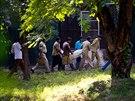 Zam�stnanci zoologick� zahrady v Nov�m Dill� odn�ej� t�lo mlad�ka, kter�ho...
