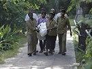 Zaměstnanci zoologické zahrady v Novém Dillí odnášejí tělo mladíka, kterého...