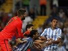 Gerard Pique a Marc Bartra z Barcelony bojují z dvojicí Sergio Sanchez a...