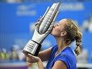 Petra Kvitová líbá trofej pro vítězku turnaje v čínském Wu-chanu.