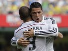 Cristiano Ronaldo a Karim Benzema slaví branku na hřišti Villarrealu.
