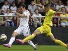 Gareth Bale (vlevo) centruje, Gabriel z Villarrealu už mu v tom nezabrání.