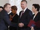 Nová polská premiérka Ewa Kopaczová si třese rukou s novým ministrem zahraničí...