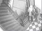 Policie pátrá po mladících, kteří v domě na Žižkově kradli dvakrát během půl...