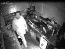 Hledaný muž, který o prázdninách dvakrát vykradl stánek v Koněvově ulici v Praze