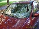 Podnapilý muž se v Příbrami otáčel s bagrem, poškodil projíždějící vozidlo...