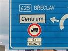 Na trase Břeclav - Rajhrad přibývá značek zakazující vjezd kamionům do měst a...