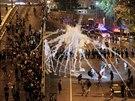 Tisíce demonstrantů v Hongkongu v pondělí pokračují v protestech za...