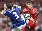TVRD� SOUBOJ. Adam Lallana z Liverpoolu (vpravo) a Leighton Baines z Evertonu.