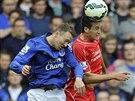 HLAVI�KOV� SOUBOJ. Javier Manquillo z Liverpoolu (vpravo) a Aiden McGeady z...