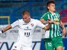 Ostravský Jan Baránek (vlevo) odkopává míč před Elvisem Bratanovičem z...