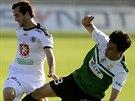 Královéhradecký David Štípek (vlevo) odstrkává od míče Ruslana Mingazova z...