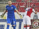 Slávista Milan Škoda (vpravo) lituje zahozené šance. David Bičík udržel v derby...
