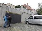 Policisté před vilou, kterou využívá lobbista Ivo Rittig. (26. 9. 2014)