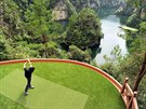 ODPAL. Pracovník golfového h�i�t� u �ínského m�sta �ang-�ia-�ie se sna�í dostat...