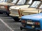 Automobily východoněmeckých uprchlíků na Malé Straně v Praze. (1989)