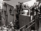 V�chodon�me�t� uprchl�ci p�el�zaj� ze� z�padon�meck�ho velvyslanectv� v Praze....