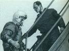 Inženýr Ivanovskij doprovází Jurije Gagarina na palubu lodi Vostok.