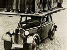 Dřevěné kostry dřívějších karoserií musely vydržet zatížení třiceti muži....
