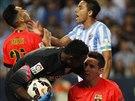 Lionel Messi z Barcelony (vpravo) klečí na trávníki a rozmlouvá s brankářem...