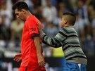 Lionel Messi z Barcelony po zápase v Málaze odchází ze hřiště, kde ho dostihl...