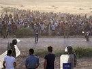 Turecko otevřelo své hranice kurdským uprchlíkům, jejichž vesnice v Sýrii dobývá Islámský stát. (19. září 2014)