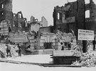V troskách skončilo 80 procent města, obyvatelé se však rychle pustili do oprav.