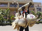 Keňské nákupní centrum rok po tragédii. Na fasádě jsou patrné stopy po střelbě,