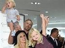 Jessiku Simpsonovou podpořila na její módní přehlídce celá rodina - manžel Eric...