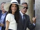 George Clooney a Amal Alamuddinov� p�i p��chodu na radnici v Ben�tk�ch, kde...