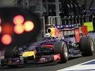 HRA SVĚTEL. Daniel Ricciardo v kvalifikaci na Velkou cenu Singapuru.